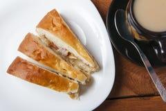 Świeży domowej roboty jabłczany kulebiak i herbata z mlekiem na drewnianym tle obrazy royalty free