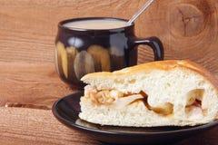 Świeży domowej roboty jabłczany kulebiak i herbata z mlekiem na drewnianym tle Zdjęcie Stock
