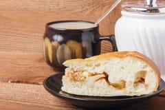 Świeży domowej roboty jabłczany kulebiak i herbata z mlekiem na drewnianym tle Zdjęcia Stock