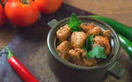 Świeży domowej roboty kurczaka curry z chłodnym w rocznika ceramicznym pucharze fotografia royalty free