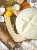 Świeży drożdżowy ciasto dla piec domowej roboty chleb i składniki Obrazy Stock