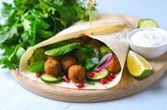 Świeży Falafel opakunek z ziele i warzywami, Jarski posiłek obrazy stock