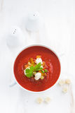 Świeży gazpacho z croutons w pucharze, odgórny widok Obraz Stock