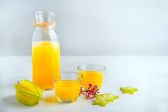 Świeży gniosący gwiazdowy owocowy sok na stole Obrazy Royalty Free