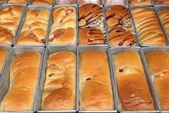 Świeży gorący piec chleb próżnuje na linii produkcyjnej Obrazy Royalty Free