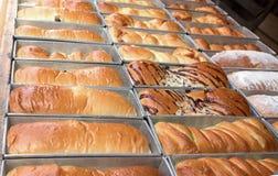 Świeży gorący piec chleb próżnuje na linii produkcyjnej Fotografia Stock