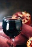Świeży granatowa wino w szkle na czarnej wieśniak powierzchni Obrazy Stock