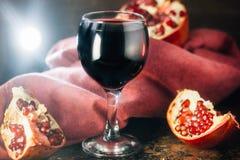 Świeży granatowa wino w szkle na czarnej wieśniak powierzchni Zdjęcie Stock
