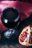 Świeży granatowa wino w szkle na czarnej wieśniak powierzchni Zdjęcia Stock