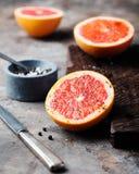 Świeży grapefruitowy karmelizujący z cukierem i pikantność obraz royalty free
