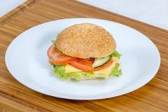 Świeży hamburger bez mięsa, robić na białym talerzu fotografia stock