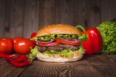 Świeży hamburgeru i francuza dłoniaków zbliżenie na drewnianym stole Obrazy Royalty Free
