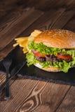 Świeży hamburgeru i francuza dłoniaków zbliżenie na drewnianym stole Fotografia Royalty Free