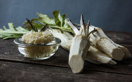 Świeży horseradish korzeń na drewnianym tle zdjęcia royalty free