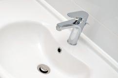 Świeży i czysty klepnięcie washbasin i chromu Fotografia Royalty Free