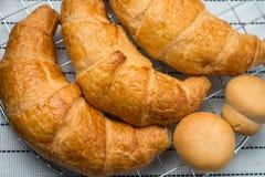 Świeży i smakowity croissant nad tłem Zdjęcie Royalty Free