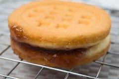 Świeży i smakowity croissant nad tłem Fotografia Stock