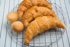 Świeży i smakowity croissant nad tłem Obraz Royalty Free