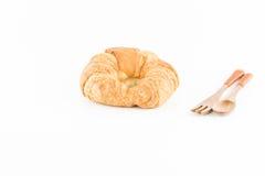 Świeży i smakowity croissant z drewnianą rozwidlenie łyżką odizolowywającą Zdjęcia Royalty Free
