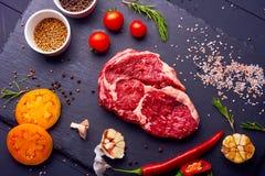Świeży i surowy mięso Ziobro, wieprzowina kotleciki uncooked, uncut przygotowywający grill i grill, obraz royalty free