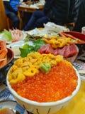 Świeży i wyśmienicie Ikura i Uni ryżowy puchar z wasabi na wierzchołku zdjęcia royalty free