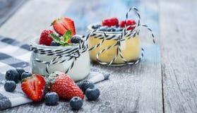 Świeży i zdrowy naturalny jogurt z jagodami na drewnianym stole Zdjęcie Stock