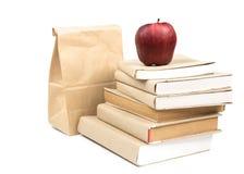 Świeży jabłko na stercie stare książki, odosobnionej na bielu Fotografia Royalty Free