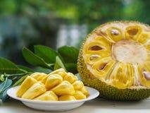 Świeży Jackfruit w białym naczyniu, połówce dźwigarki owoc i jackfruit, fotografia stock