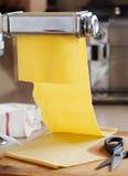 Świeży jajeczny makaron staczający się w makaron maszynie Fotografia Royalty Free
