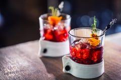 Świeży koktajlu napój z lodową owoc i ziele dekoracją Alkoholiczka, bezalkoholowy napój przy prętowym kontuarem w pubie obraz royalty free