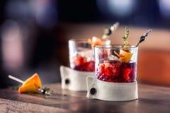 Świeży koktajlu napój z lodową owoc i ziele dekoracją Alkoholiczka, bezalkoholowy napój przy prętowym kontuarem w pubie fotografia royalty free