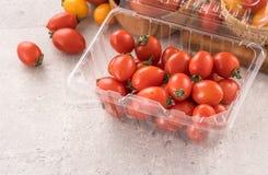 Świeży kolor żółty i czerwoni czereśniowi pomidory w koszu na cementujemy deskę, zamykamy w górę, kopii przestrzeń, odgórny widok zdjęcie royalty free