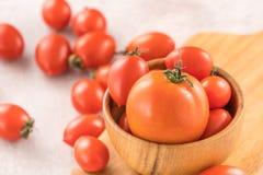 Świeży kolor żółty i czerwoni czereśniowi pomidory w koszu na cementujemy deskę, zamykamy w górę, kopii przestrzeń, odgórny widok zdjęcie stock