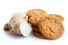 Świeży korzeniowy imbir z imbirowymi ciastkami Fotografia Stock