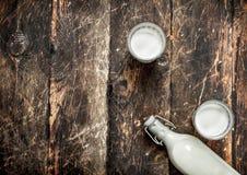 Świeży krowy mleko Zdjęcie Stock