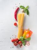 Świeży makaron z warzywami na lekkim tle Obrazy Royalty Free