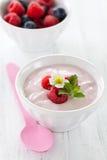 świeży malinowy jogurt fotografia stock