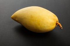 świeży mangowy kolor żółty Fotografia Stock