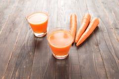 Świeży marchwiany sok na drewnianym tle Fotografia Royalty Free