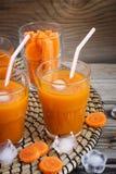 Świeży marchwiany sok z lodem, selekcyjna ostrość Zdjęcie Stock