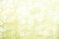 Świeży miękkiej części zieleni wiosny tło z bokeh i białymi drewnianymi deskami Zdjęcie Stock