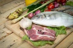 Świeży mięso, owoce morza i warzywa na kuchni, wsiadamy Zdjęcia Stock