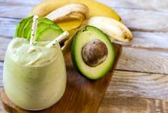 Świeży mieszający banana i avocado smoothie Fotografia Stock