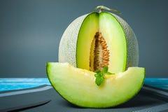Świeży miodunka melon na drewnianym stole, zdrowy jedzenie Fotografia Royalty Free