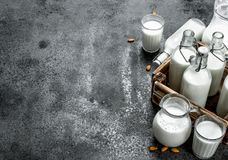 Świeży mleko w butelkach i dzbankach z drewnianym pudełkiem Fotografia Stock