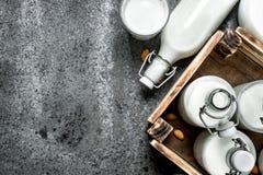 Świeży mleko w butelkach i dzbankach z drewnianym pudełkiem Obrazy Stock