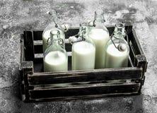 Świeży mleko w starym pudełku Zdjęcia Royalty Free