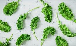 Świeży mokry zielony kale opuszcza na popielatym tle zdjęcia royalty free