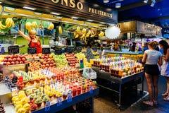 Świeży Naturalny Owocowy sok Dla sprzedaży W Barcelona rynku Obraz Stock