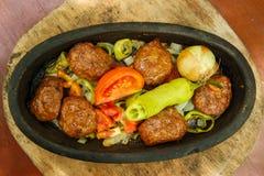 Świeży nowy piec meatloaf na talerzu zdjęcia stock